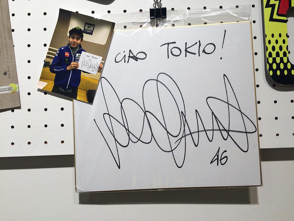 店内に飾ってあったヴァレンティーノ・ロッシのサイン