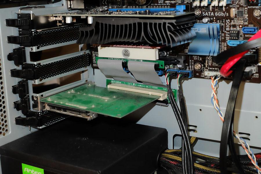 PCIライザーカード経由で延長ケーブルを取り付けたPT1